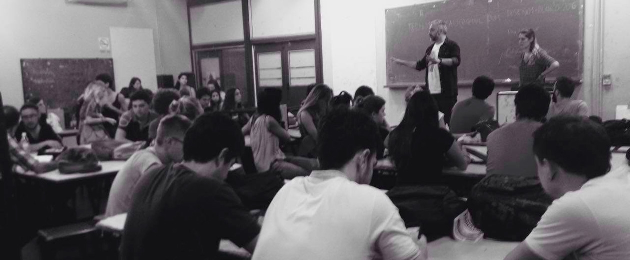 Martín Gorricho frente al curso de Diseño de Identidad Institucional FADU UBA