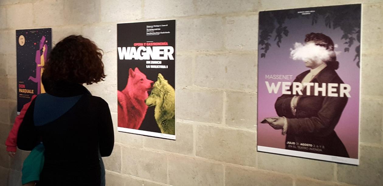 Tres afiches para ópera diseñados por Martín Gorricho integran la muestra del Salón Nacional de Diseño.