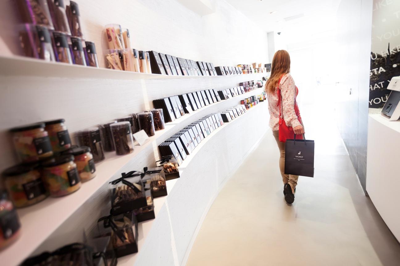 Diseño de marca y sistema de identidad visual para Vioko. Interior tienda.