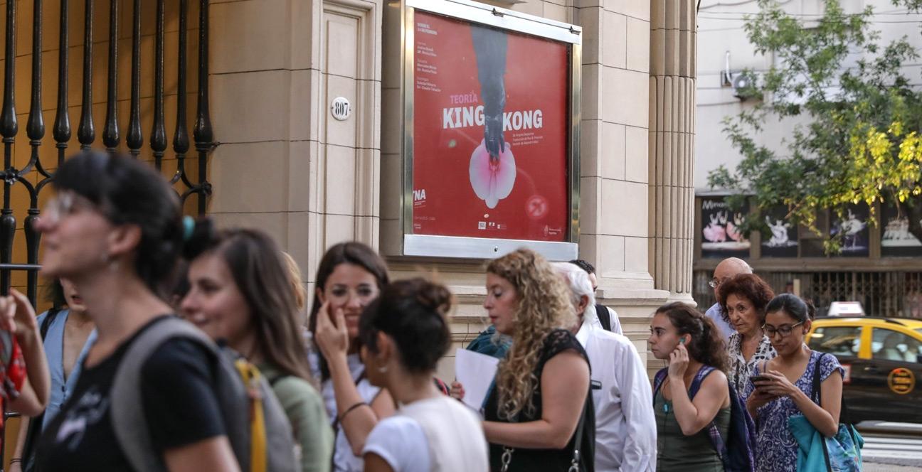 Diseño de identidad Teatro Nacional Argentino - Teatro Cervantes - afiches en fachada del teatro
