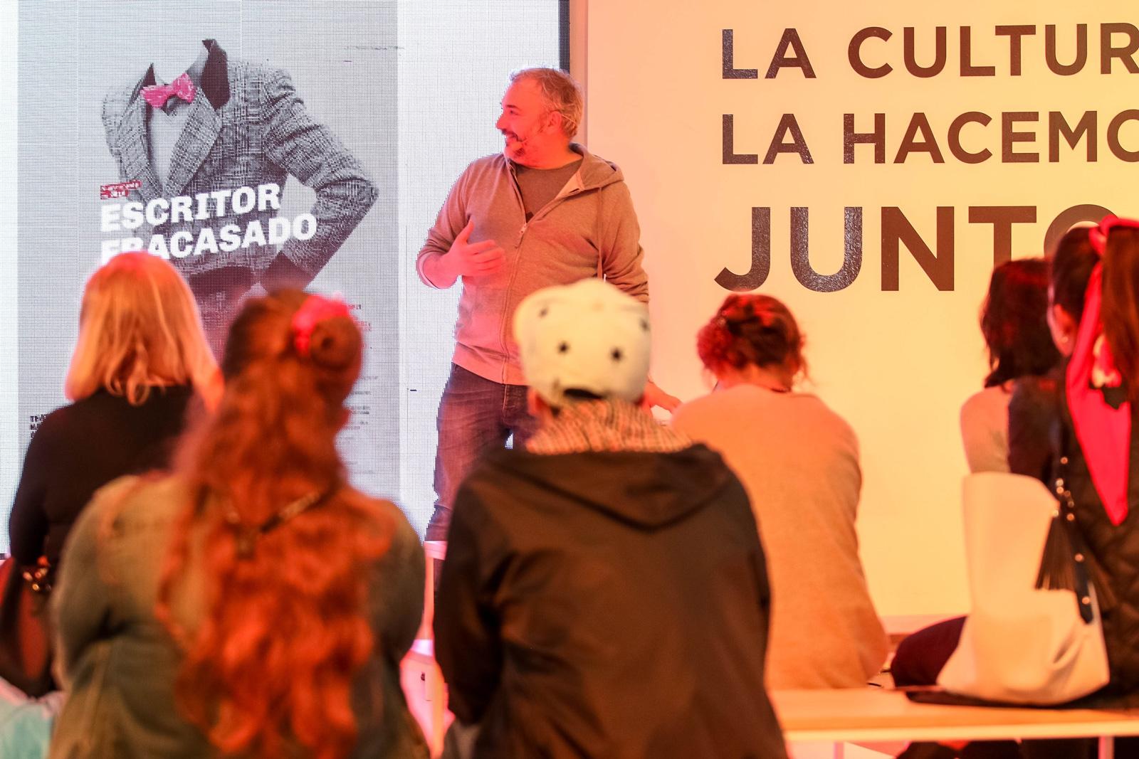 Martín Gorricho en la Feria del Libro. Charla sobre el diseño de afiches para el Teatro Nacional Argentino - Teatro Cervantes.