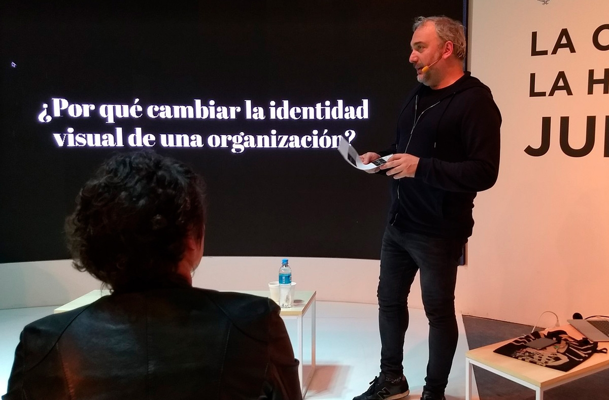 Charla de Martín Gorricho en la Feria del Libro de Buenos Aires. El diseño de identidad y el diseño de afiches para el Teatro Nacional Argentino - Teatro Cervantes.